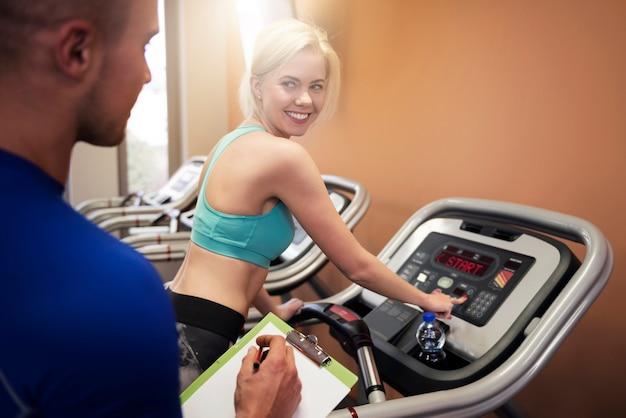Vrouw flirten met haar persoonlijke trainer