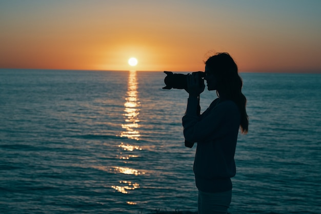 Vrouw fotograaf buitenshuis zonsondergang frisse lucht landschap