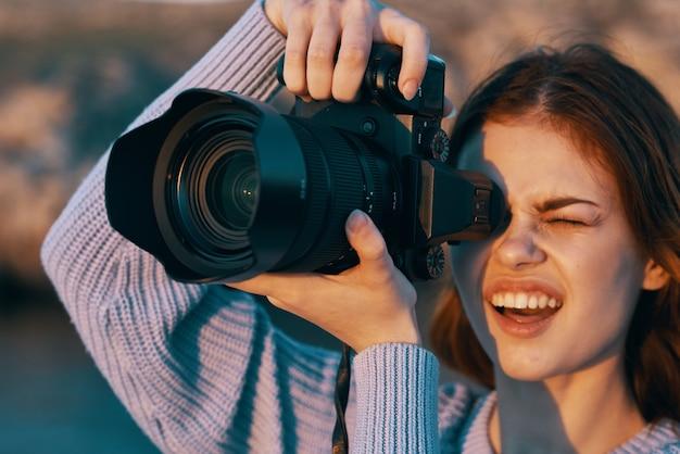 Vrouw fotograaf met camera in de natuur professional