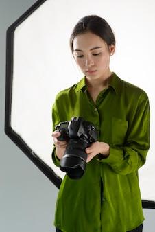 Vrouw fotograaf met camera