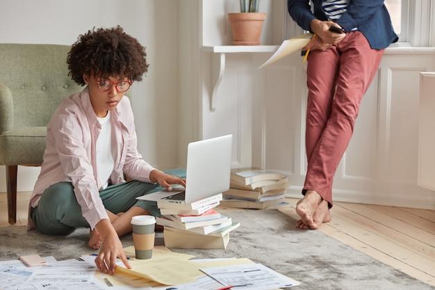 Vrouw freelancer gebruikt applicatie op laptopcomputer