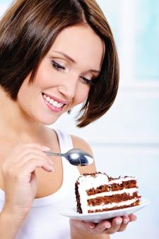 Vrouw gaat een zoete taart eten