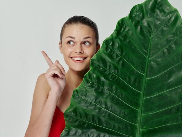 Vrouw gebaren met hand palmblad badpak emoties