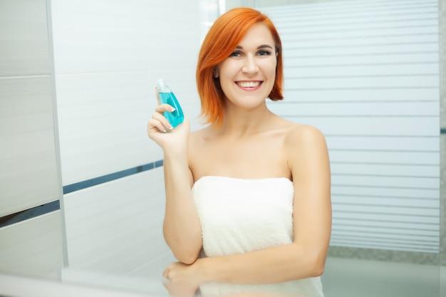 Vrouw gebruik huidverzorgingsproducten thuis