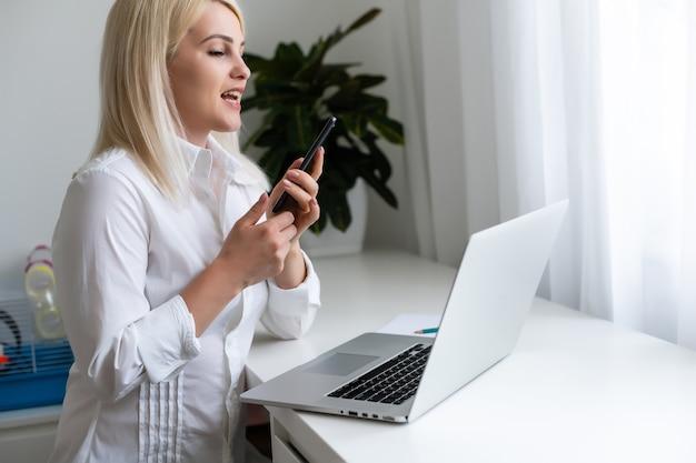 Vrouw gebruik laptop. student onderzoekend proces werk. jonge zakenvrouw werken creatief opstarten modern kantoor. analyseer marktvoorraad, nieuwe strategie.