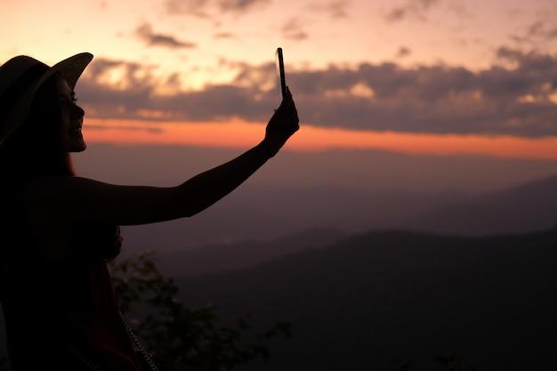 Vrouw gebruik slimme telefoon om foto te nemen. reiziger toeristische reizen op vakantie vakantie. reis reis