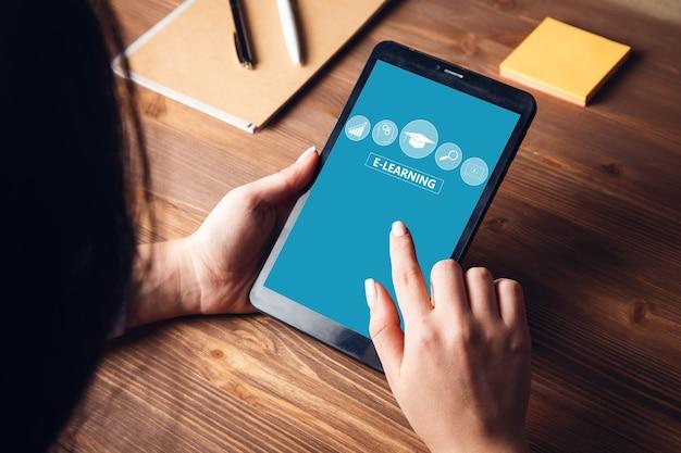 Vrouw gebruikt tablet en selecteer