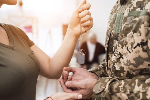 Vrouw geeft de man een talisman en een ring.