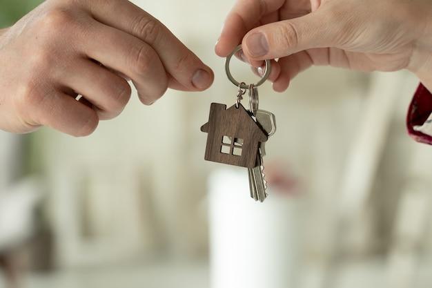 Vrouw geeft de sleutels van het nieuwe huis in handen