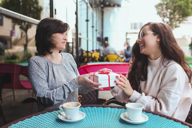 Vrouw geeft haar moeder een cadeau
