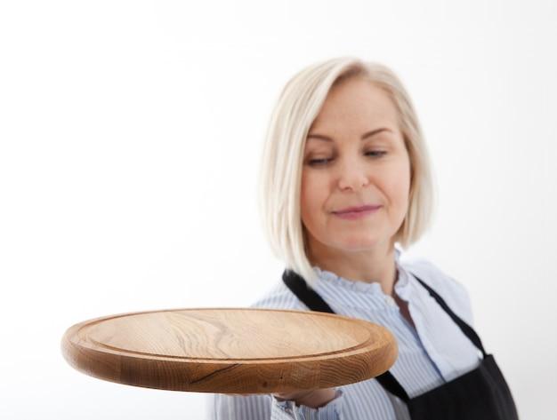 Vrouw geeft lege pizza bord op wit