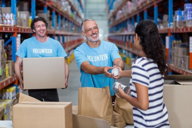 Vrouw geeft sommige goederen om vrijwilligerswerk te doen
