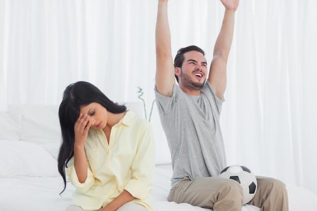 Vrouw geërgerd aan haar partner voetbal kijken