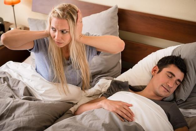 Vrouw geïrriteerd door het snurken van haar partner