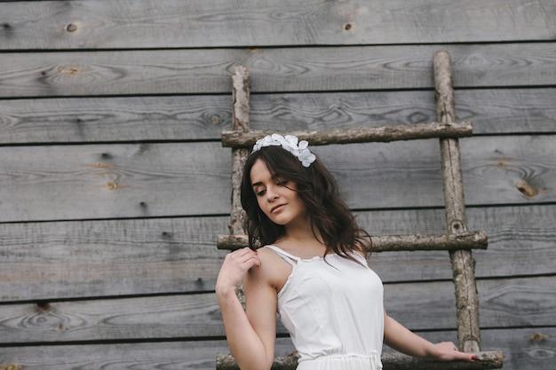 Vrouw gekleed als een bruid het beklimmen van een houten trap
