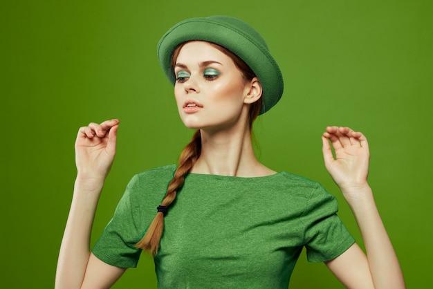 Vrouw gekleed in het groen voor st. patrick's day