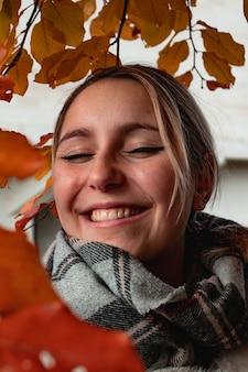 Vrouw, gekleed in zwarte en grijze sjaal lachen