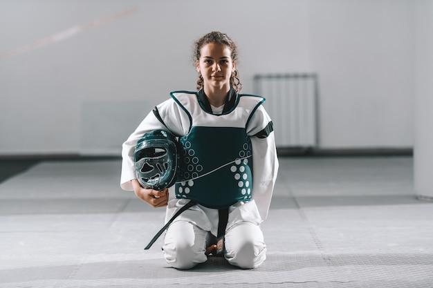 Vrouw geknield in taekwondo montage.