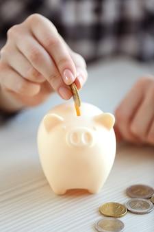 Vrouw geld aanbrengend spaarvarken