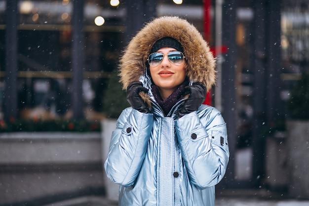 Vrouw gelukkig in blauwe jas