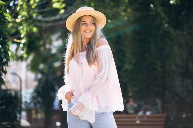 Vrouw gelukkig in hoed buiten de straat