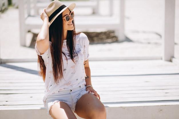 Vrouw gelukkig in hoed op het strand