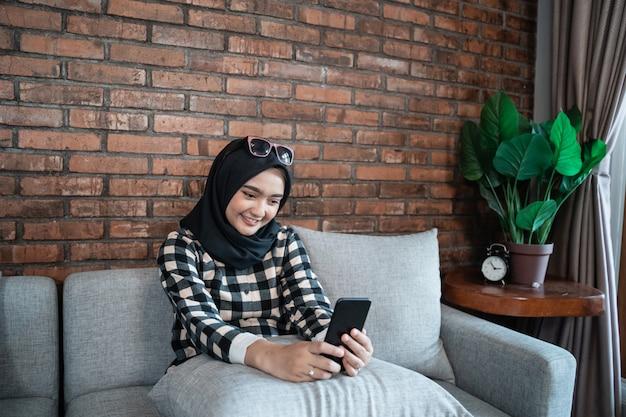 Vrouw gelukkig met behulp van haar mobiele telefoon