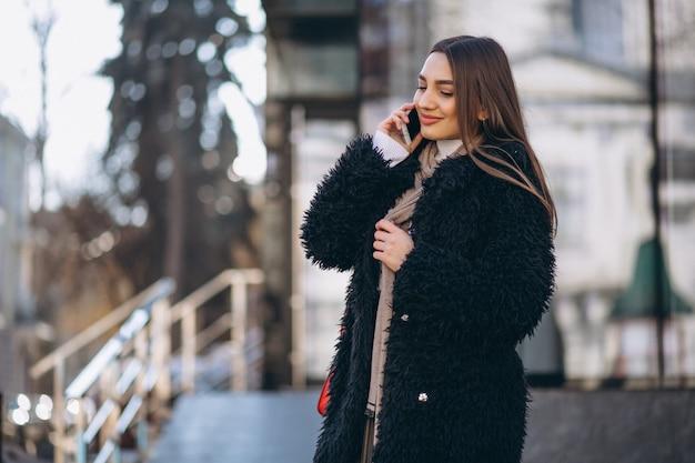 Vrouw gelukkig praten aan de telefoon