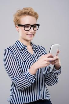 Vrouw genegenheid met mobiele telefoon