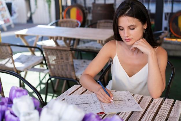 Vrouw geniet alleen van een sudoku-spel