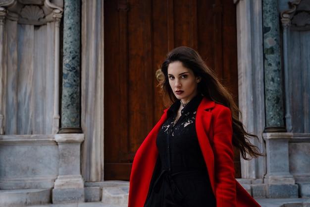Vrouw geniet en loopt in de buurt van de hagia sophia-kathedraal