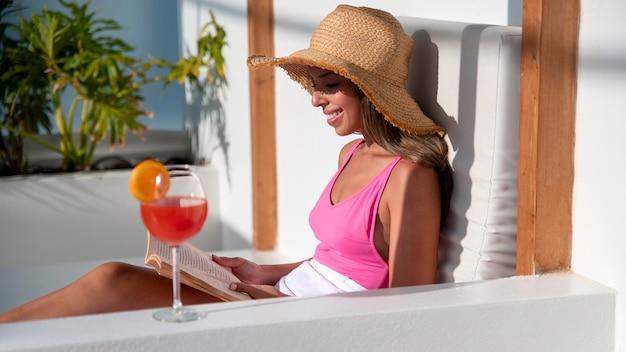 Vrouw geniet van een boek tijdens het reizen