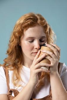 Vrouw geniet van een kopje koffie