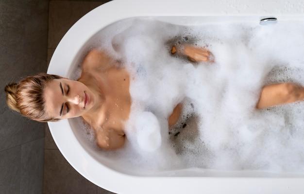 Vrouw geniet van een ontspannend bubbelbad