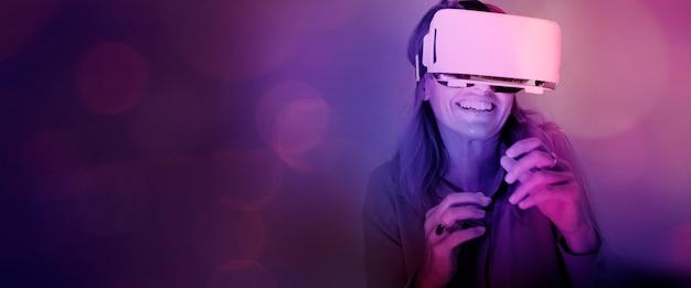 Vrouw geniet van een vr-headset