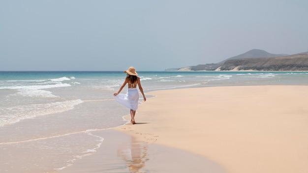 Vrouw geniet van haar vakantie op een strand