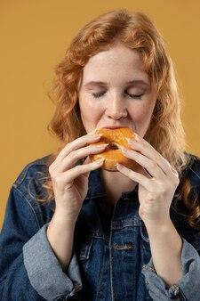 Vrouw geniet van het eten van een donut