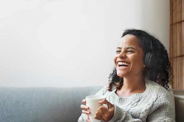 Vrouw geniet van koffie met ontwerpruimte