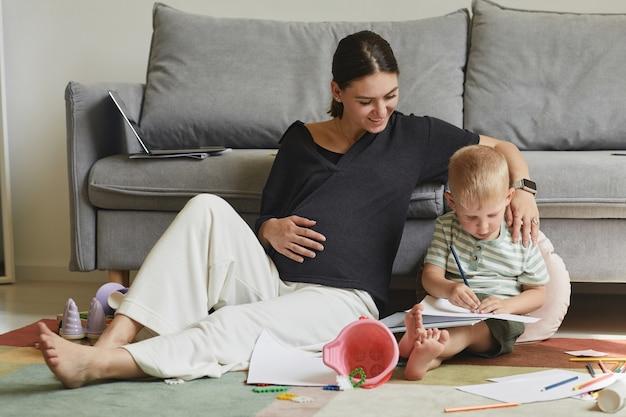 Vrouw geniet van moederschap