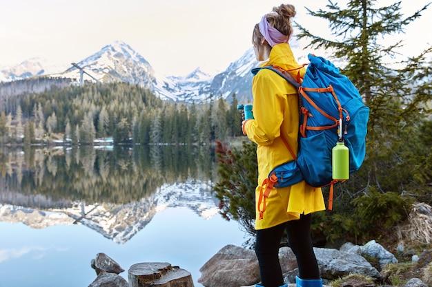 Vrouw geniet van reislust, zomervakantie buiten, alleen zijn met de natuur