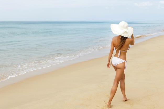 Vrouw geniet van uitzicht op de zee