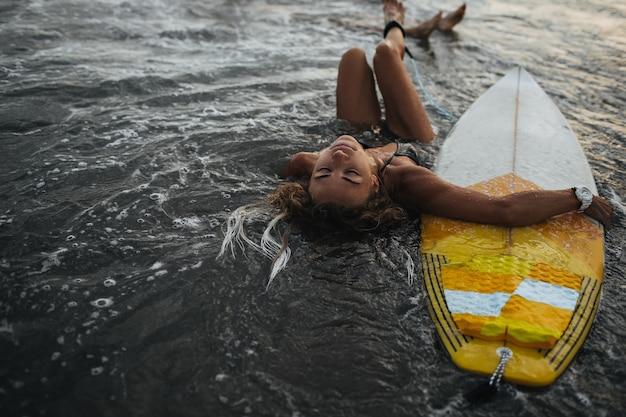 Vrouw geniet van warm oceaanwater