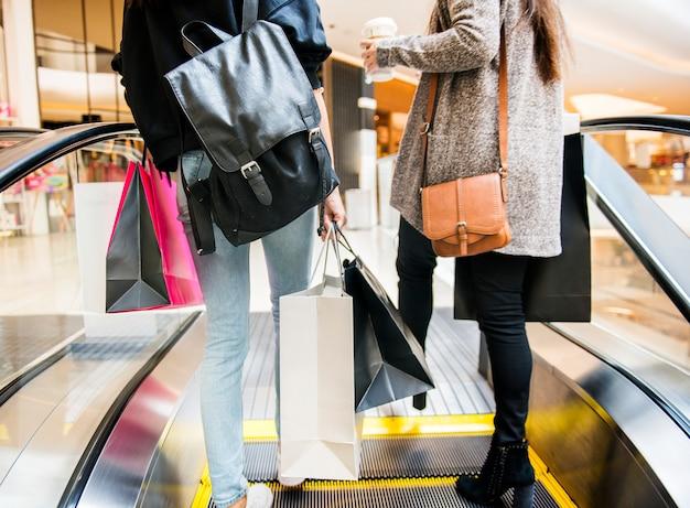 Vrouw geniet van winkelen concept