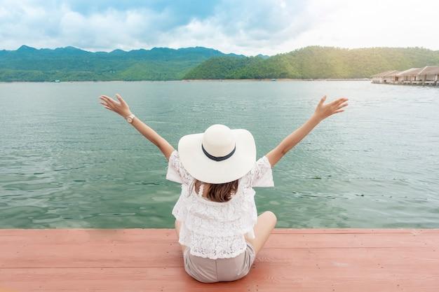 Vrouw genieten met prachtig meer en de bergen