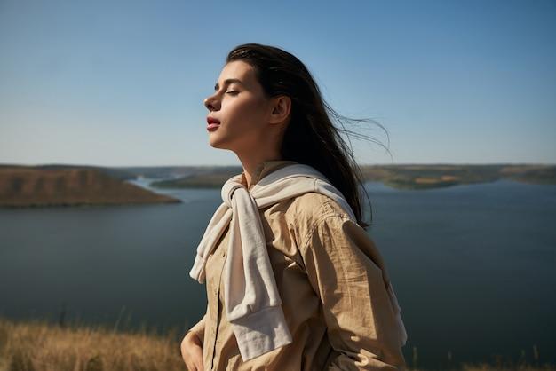 Vrouw genieten van de natuur in nationaal park podillya tovtry