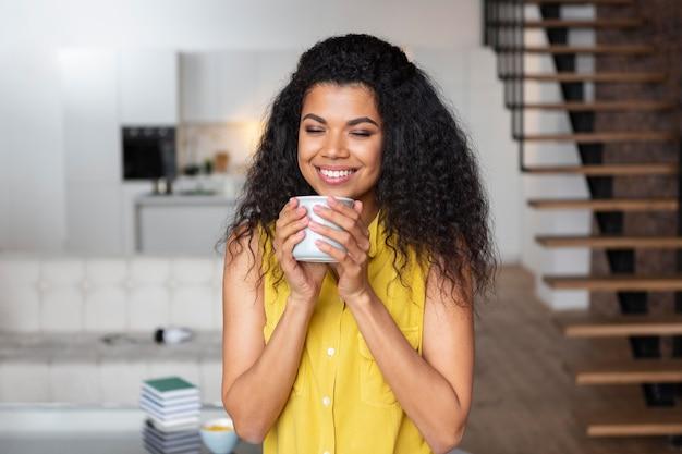 Vrouw genieten van een kopje koffie