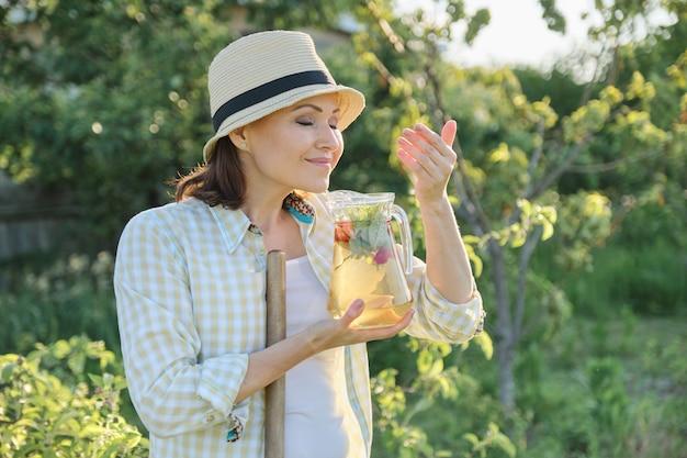 Vrouw genieten van het aroma van verse zelfgemaakte kruidendrank
