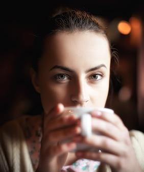 Vrouw genieten van koffie en dromen