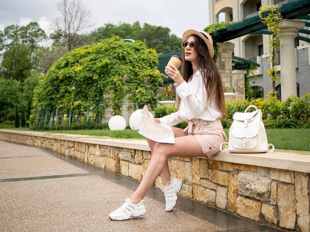 Vrouw genieten van koffie tijdens het reizen