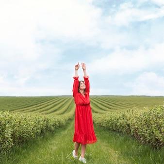 Vrouw genieten van wandeling in veld